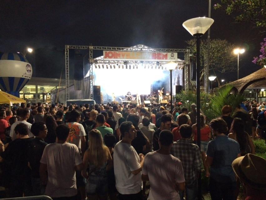 Público dançou ao som de bandas locais e de outras cidades (Foto: Cinthia Raash/RBS TV)