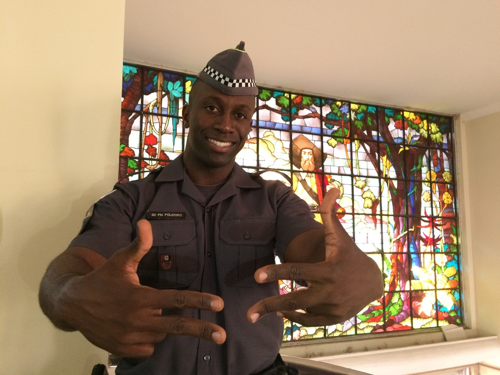 Soldado Polidoro faz sinal típico de rapper, cujo significado é paz (Foto: Glauco Araújo/G1)