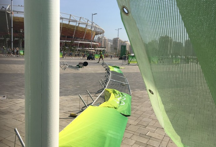 Vento derruba placas e estrutura no Parque Olímpico (Foto: Gustavo Poli)