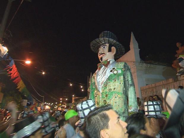 Homem da Meia-Noite arrastou multidão na noite do sábado para o domingo pelas ladeiras de Olinda (Foto: Reprodução/TV Globo)