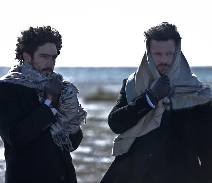 Selton e Renato Góes se protegem do frio de -2 graus na Patagônia (Foto: Gabriel Nascimento/Gshow)