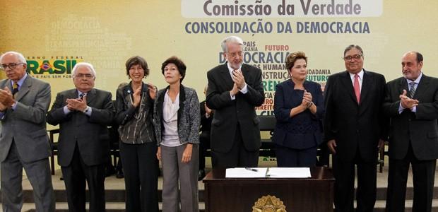 Os integrantes da Comissão da Verdade ao lado da presidente Dilma Rousseff (Foto: Roberto Stuckert Filho / Presidência)