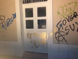 Fachada da Prefeitura foi pichada por alguns manifestantes (Foto: Clarissa Carramilo/G1)