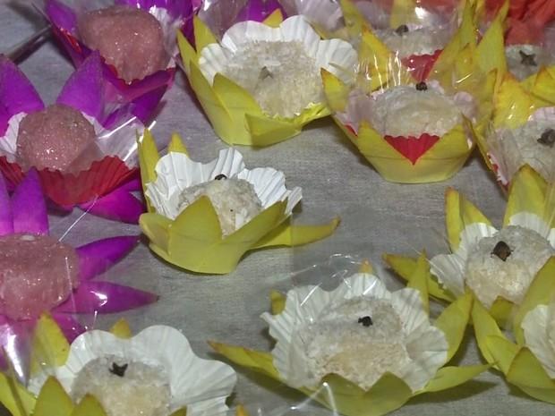 Festa também teve tradicionais docinhos como brigadeiro rosa e beijinho (Foto: Reprodução / TV Tribuna)