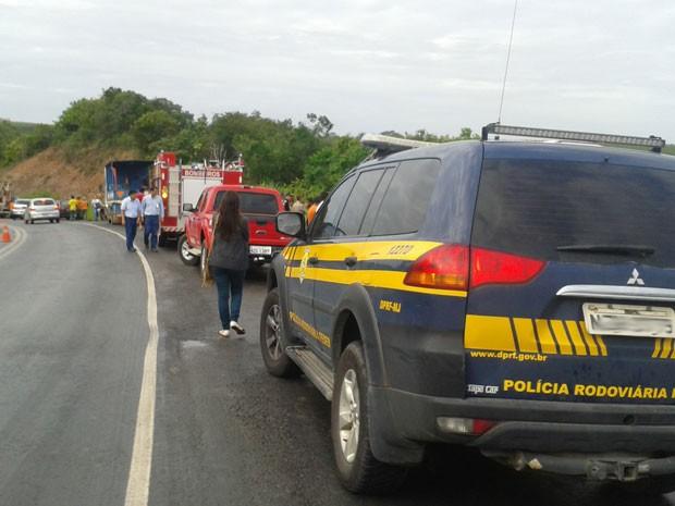 Equipes da PRF e do Corpo de Bombeiros fizeram resgate das vítimas (Foto: Viviane Moreira / Site O Povo News)