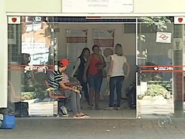Pacientes aguardam por atendimento no Hospital Regional de Itapetininga (Foto: Reprodução/ TV TEM)