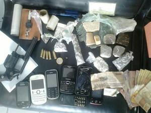 Operação apreendeu celulares, armas, drogas e dinheiro (Foto: Polícia Civil/Divulgação)