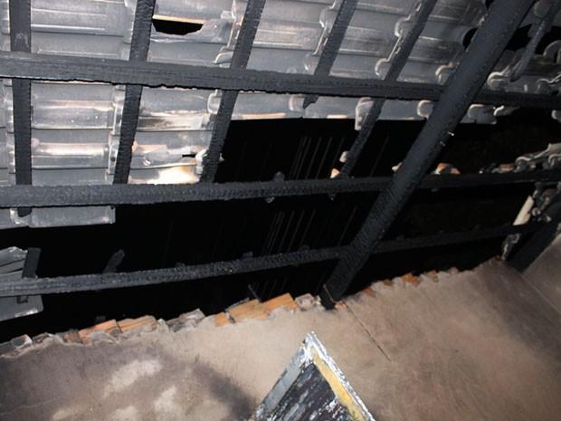 Telhado foi destruído pelas chamas (Foto: Ermenson Rodrigues/Panorama Notícia/Cedida)