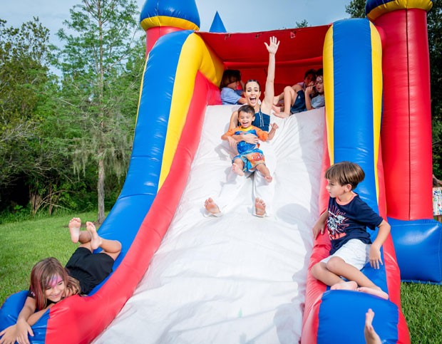 Fernanda se diverte com as crianças no escorrega (Foto: Divulgação)