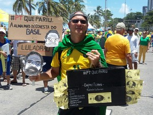 Marcos NUnes no protesto contra Dilma no Recife (Foto: Bruno Marinho)