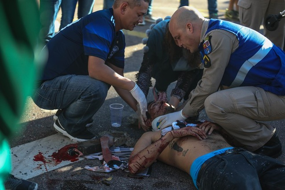 Pelo menos sete torcedores ficaram feridos (Foto: Agência Estado)