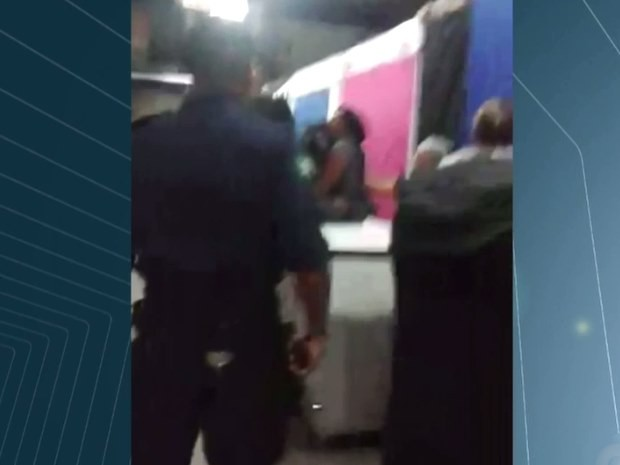 Guardas entram em galeria na Rua 44, em Goiânia, Goiás (Foto: Reprodução/ TV Anhanguera)