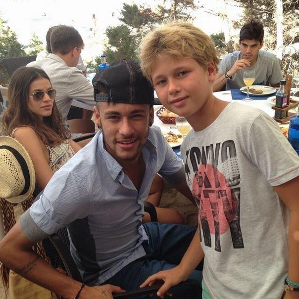 Bruna Marquezine (ao fundo) e Neymar posando com fã (Foto: Reprodução/ Instagram)