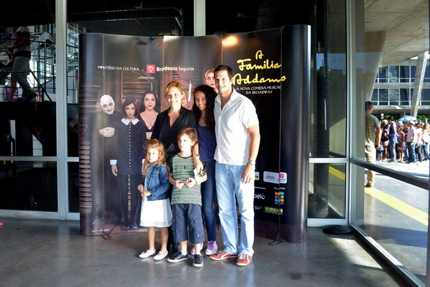 Adriana Esteves com a família (Foto: photorionews)