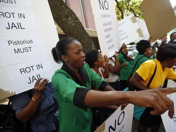 Mulheres protestam em frente ao Tribunal de Magistrados de Pretória, durante a audiência de pedido de fiança de Oscar Pistorius. (Foto: Mike Hutchings / Reuters)