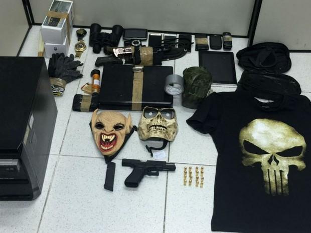 Armas e máscaras estavam em poder de integrantes da quadrilha presa no RN (Foto: Divulgação/Polícia Civil)
