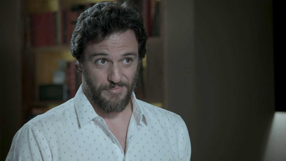 Caio pergunta a Eugênio se ele está de caso com Irene (Foto: TV Globo)