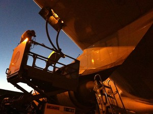 Funcionário coloca combustível no avião (Foto: Flávia Mantovani/G1)