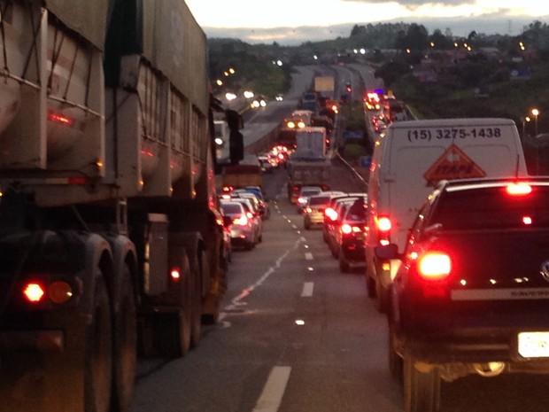 Acidente entre dois caminhões deixa o trânsito lento na Raposo Tavares em Sorocaba (Foto: Natália de Oliveira/G1)