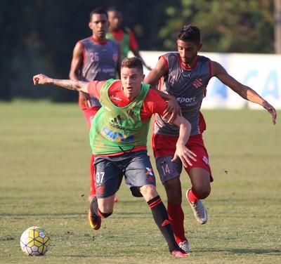 Adryan em ação contra o Bangu no jogo-treino realizado nesta terça-feira (Foto: Gilvan de Souza/Flamengo)