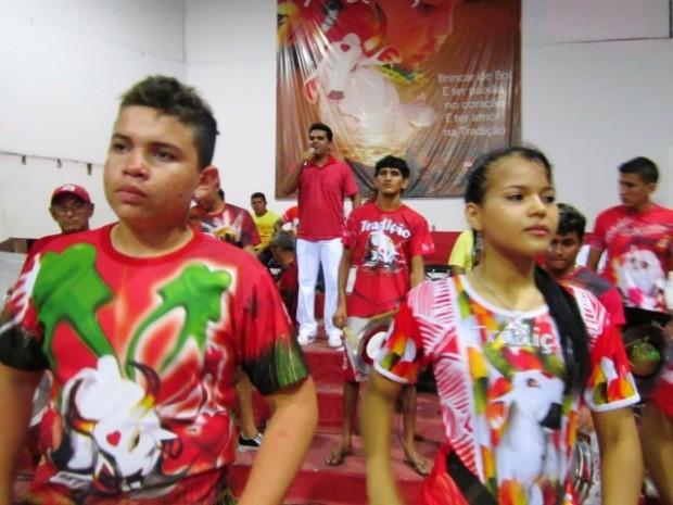 Apresentador do Garantido, Israel Paulain, ensaia ao lado da Batucada, em Parintins (Foto: Marcondes Maciel/Divulgação - Boi Garantido)