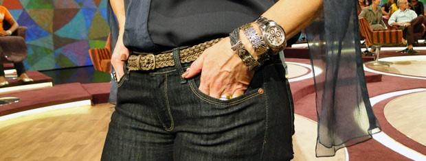 Fátima mistura cinto tressê e pulseiras metalizadas (Foto: Encontro com Fátima Bernardes/TV Globo)