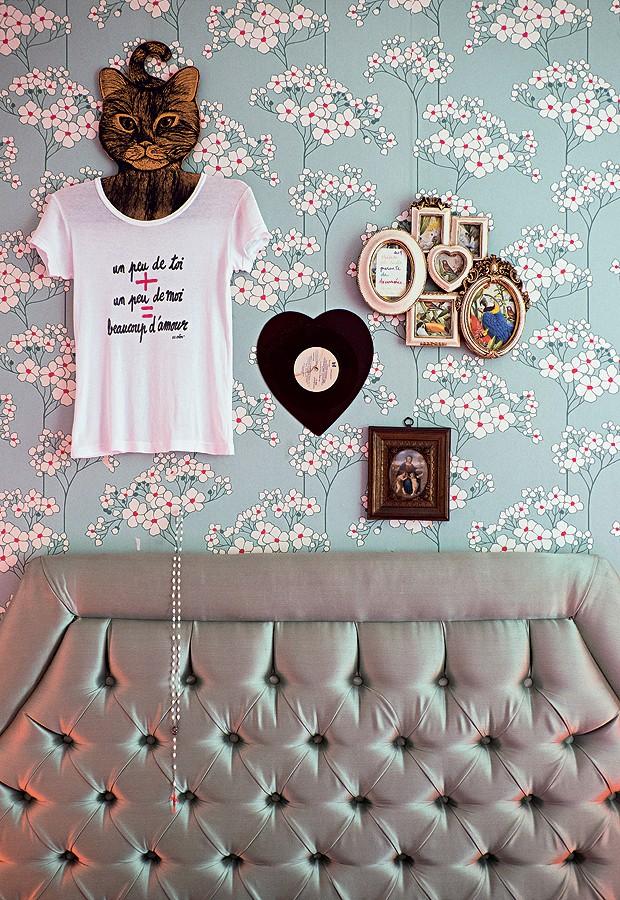 Na parede atrás da cama ela compõe uma espécie de relicário do amor e de suas proteções. (Foto: Lufe Gomes/Life by Lufe)