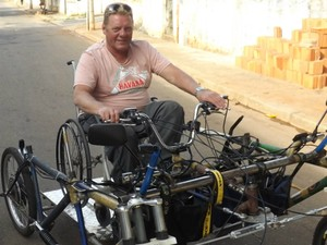 Ralf sorri ao acelerar veículo: 'É muito fácil, gostoso de dirigir.' (Foto: Caio Silveira/ G1)