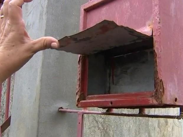 Moradores encontram a caixa de correspondência vazia (Foto: Reprodução/TV TEM)