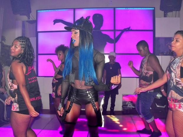 Kennyah Smith, fã de Ludmilla, dança em festa da cantora no Rio (Foto: Robson Barreto/ Brazil News)