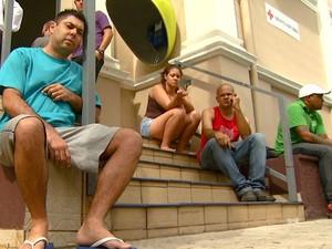 Pacientes aguardam na calçada atendimento em hospital particular de Campinas, SP (Foto: Reprodução / EPTV)