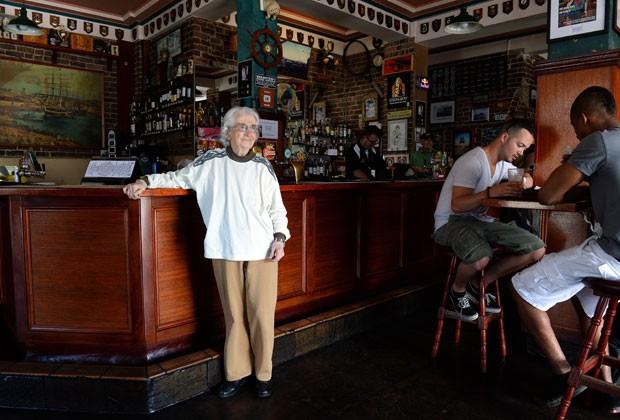 A idosa de 91 anos diz fazer o trabalho que outros não querem, como recolher dinheiro das mesas de sinuca e fazer sanduíches (Foto: William West/AFP)
