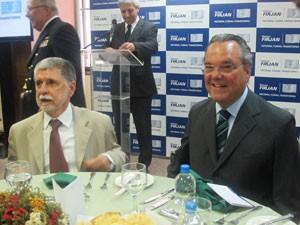 O ministro da Defesa, Celso Amorim, e o presidente da Firjan, Eduardo Eugenio (Foto: Lilian Quaino/G1)