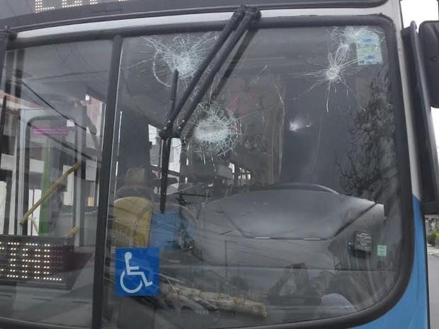 Ônibus é apedrejado por grupo após briga por ciúmes na Serra, Espírito Santo (Foto: A Gazeta)
