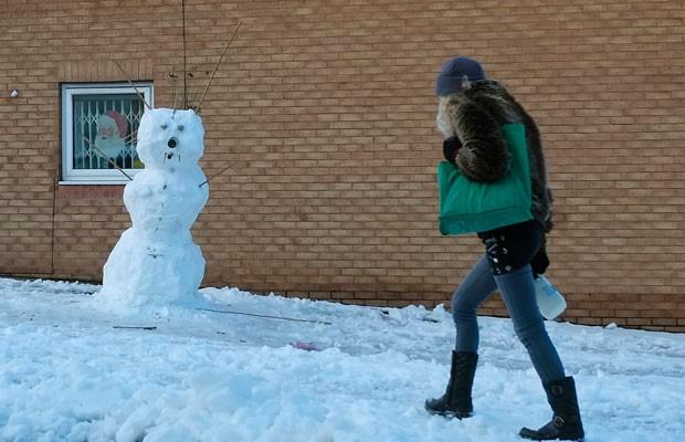 Boneco de neve construído em Sheffield, na INglaterra (Foto: Phil Noble/Reuters)