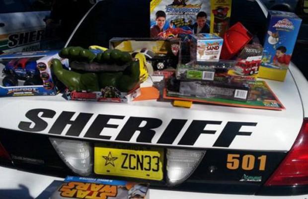 Policiais trouxeram muitos presentes para alegrar o menino, que sofre de um leve autismo (Foto: Arquio pessoal)