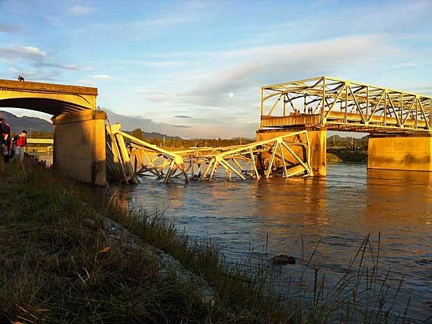 Parte da ponte ficou submersa após desabamento. (Foto: Skagit Herald / Frank Varga / AP Photo)