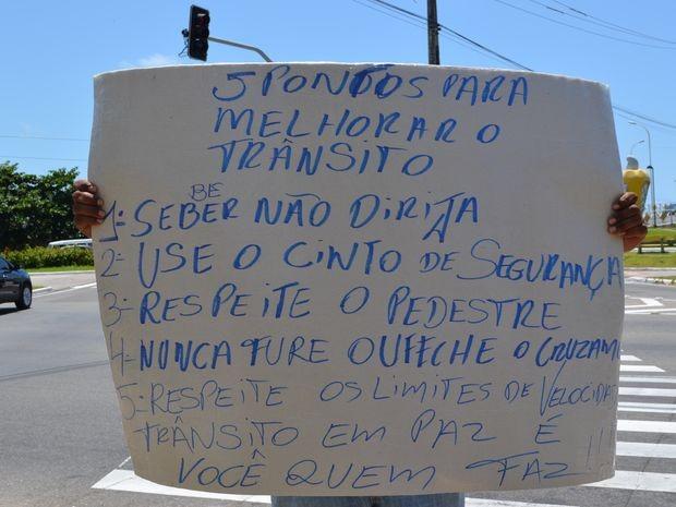 No verso, Wagner dá dicas para melhorar o trânsito (Foto: Marina Fontenele/G1)