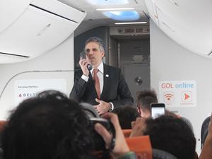 Presidente da Gol, Paulo Kakinoof, durante inauguração de serviço Wi-Fi em voo (Foto: Divulgação/Gol)