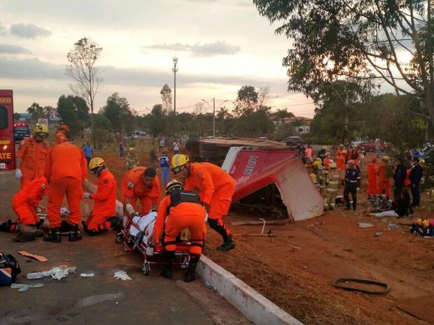 Bombeiros atendem passageiros feridos em acidente na DF-003 (Epia) na manhã deste domingo (14); ônibus tombou, e pista precisou ficar quase duas horas fechada para socorro (Foto: Corpo de Bombeiros DF/Divulgação)