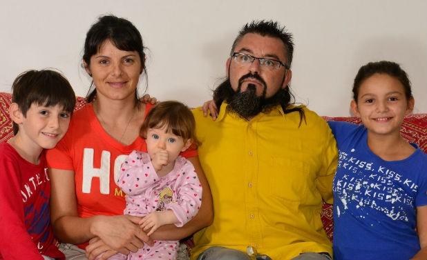 Os pais Lucas Lacaz e Isabella Franco com os filhos João Malbec, Natasha Chardoney e Syrah Luiza (Foto: Lucas Lacaz/Arquivo Pessoal)
