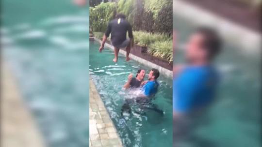 É festa! Fraga é jogado na piscina com roupa e tudo na celebração do título