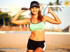 Letícia Wiermann entrega o segredo da barriga chapada: o beach tennis