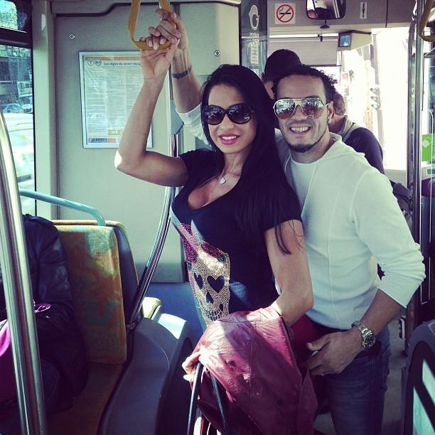 Gracyanne e Belo andam de ônibus em Paris (Foto: Instagram)