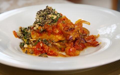 Posta de bacalhau imperial com tomate e açafrão