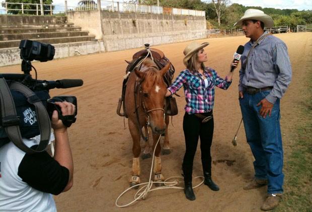 Kelly Maria conversa com Tricampeão de Laço de Bezerro (Foto: Reprodução/TV Vanguarda)