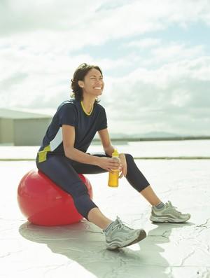 mulher bebendo energetico (Foto: Getty Image)