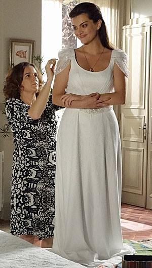 Elisa faz prova do vestido de noiva (Foto: Amor Eterno Amor/TV Globo)