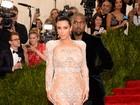 Irmãs Kardashian apostam em looks supersexy em baile de gala nos EUA