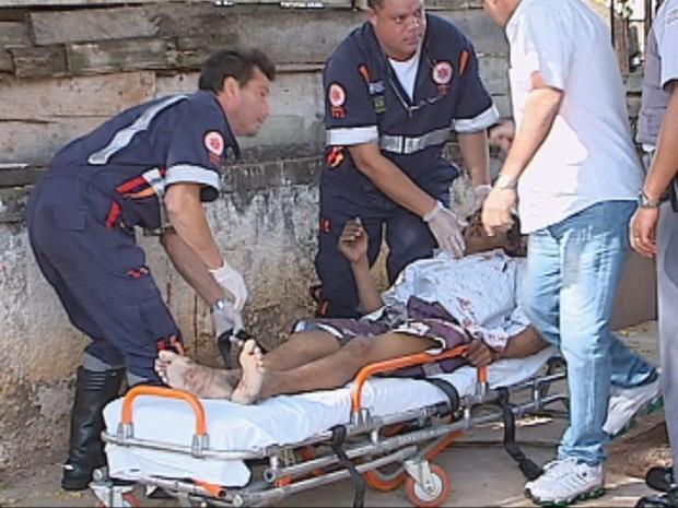 Homem foi socorrido por uma equipe do Samu (Foto: Reprodução/TV TEM)